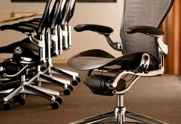 Комфортные офисные стулья на рабочем месте