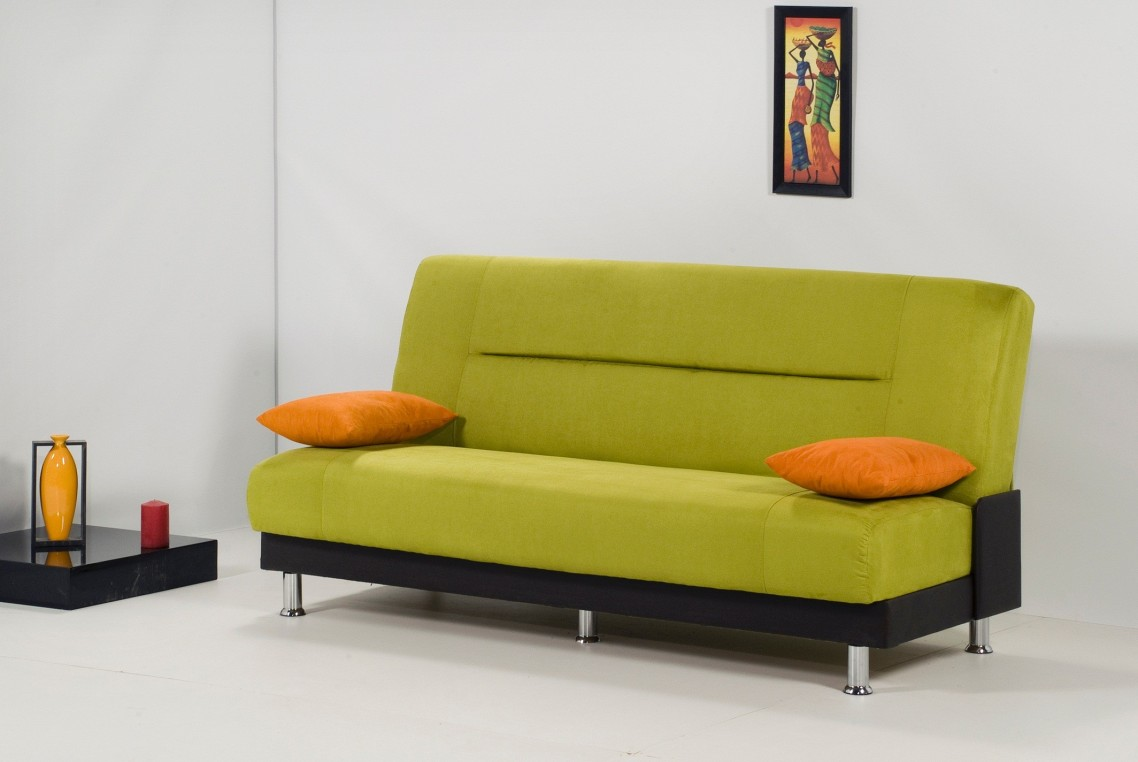 Делаем акцент на маленьком диване